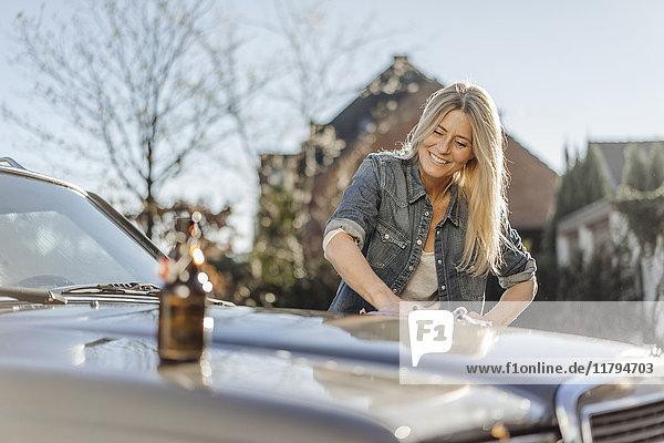 Frau putzt ihr Auto
