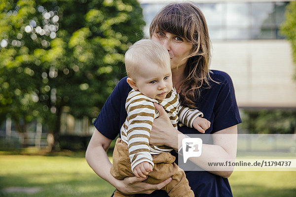 Mutter küsst ihren kleinen Jungen