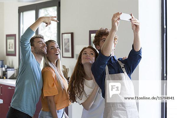 Freunde  die sich in der Küche niederlassen