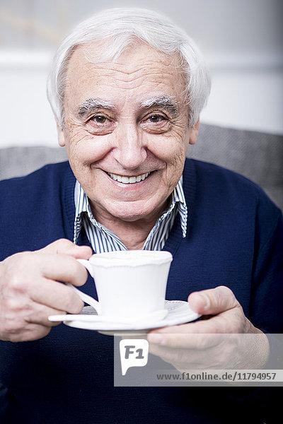 Senior Mann trinkt eine Tasse Kaffee