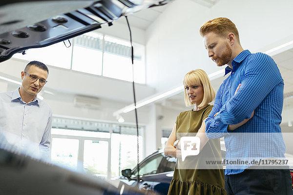 Verkäufer berät Kunden im Autohaus