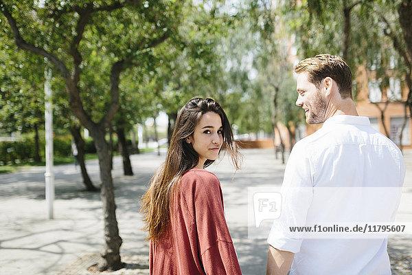 Glückliches Paar auf der Straße  Händchen haltend  niedriger Abschnitt