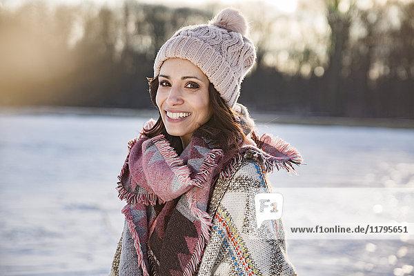 Porträt einer glücklichen Frau im Freien im Winter