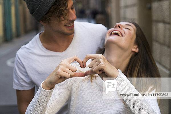 Glückliches junges verliebtes Paar in der Stadt