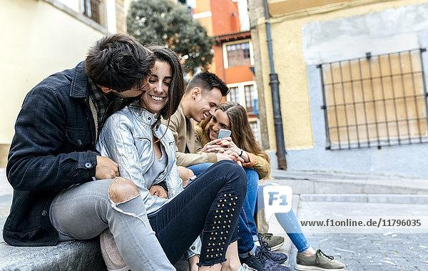 Gruppe von Freunden mit Spaß in der Stadt