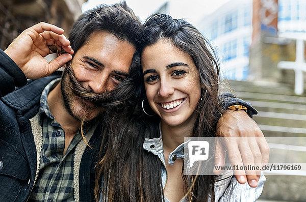 Porträt eines Paares mit Spaß in der Stadt