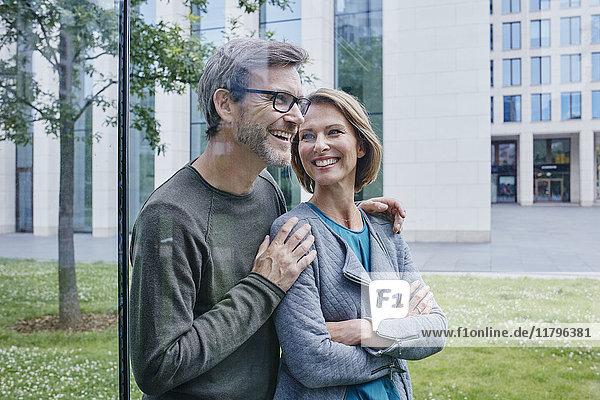 Glückliches reifes Paar im Freien