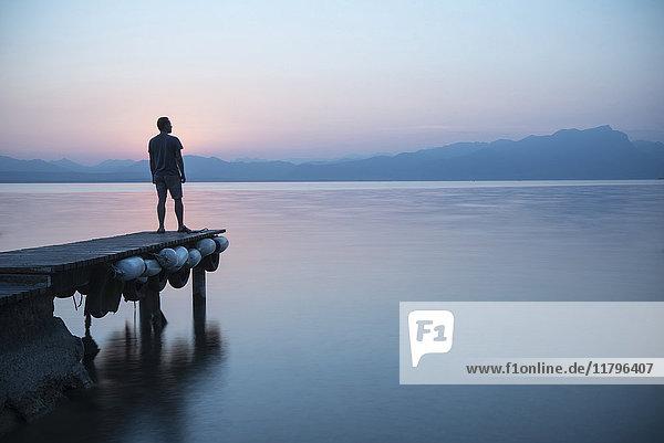 Italien  Lazise  Mann am Steg mit Blick auf den Gardasee