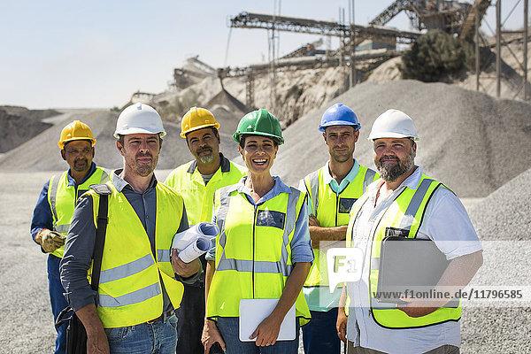 Team von Steinbrucharbeitern schaut in die Kamera  schaut vertrauensvoll zu