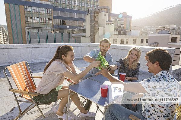 Freunde bei einer Dachparty an einem schönen Sommerabend