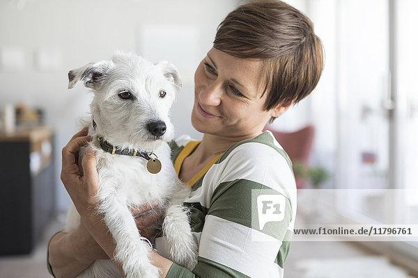 Frau mit ihrem Hund zu Hause