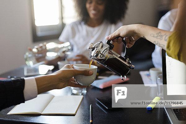 Kaffeepause während einer Besprechung im Büro