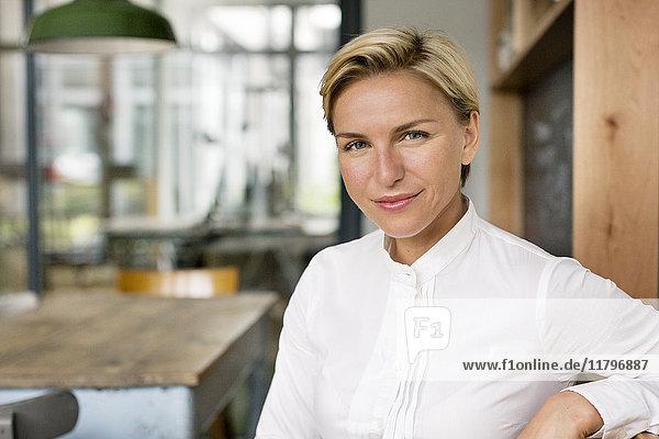 Porträt einer selbstbewussten blonden Frau