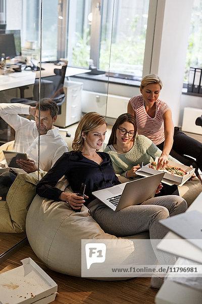 Lässige Geschäftsleute im Büro