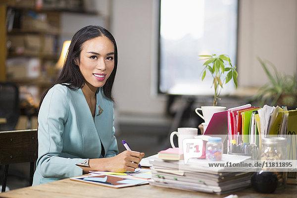 Thailändische Transgender-Geschäftsfrau arbeitet im Büro
