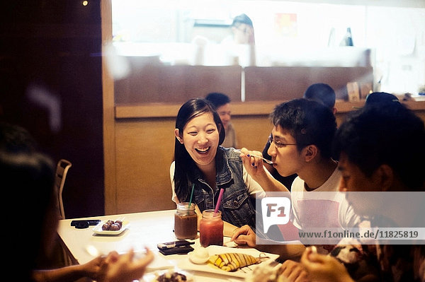 Freunde essen Dessert im Cafe