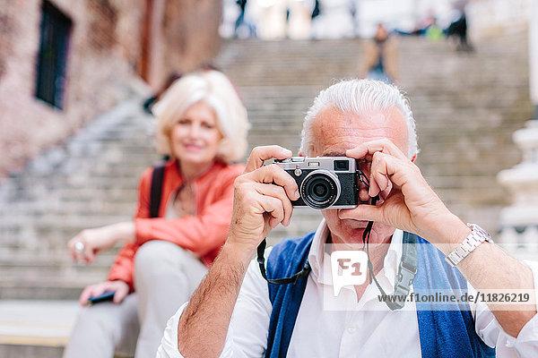 Älterer männlicher Tourist beim Fotografieren in Siena  Toskana  Italien