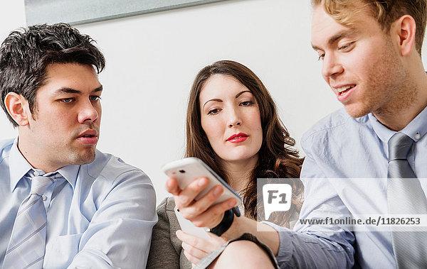 Bürokollegen mit Mobiltelefon