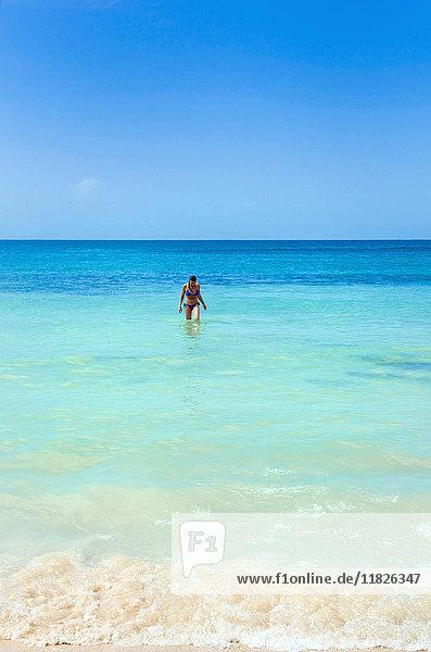 Frau im Meer am Strand vor den Dunn's River Falls  Jamaika