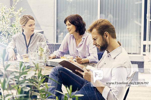 Geschäftskollegen machen Pause auf der Terrasse