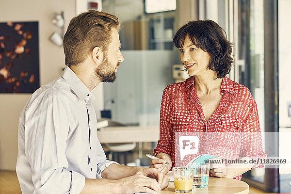 Geschäftsmann und Geschäftsfrau treffen sich im Ruhebereich