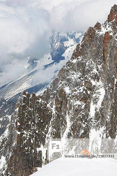 Menschen zelten in den Bergen  Chamonix  Frankreich