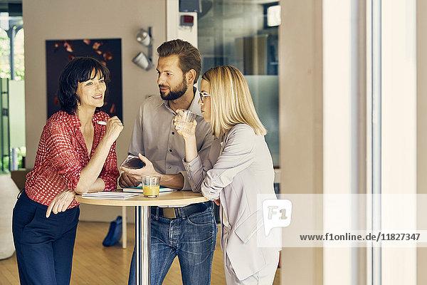 Treffen von Geschäftsleuten und Geschäftsfrauen im Ruhebereich