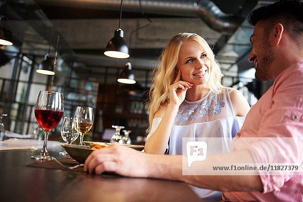 Paare unterhalten sich am Restauranttisch