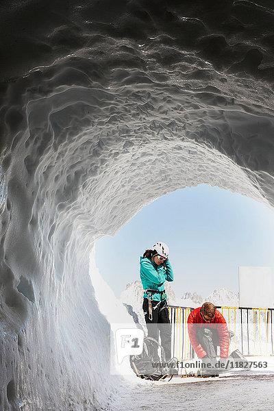 Zwei Bergsteiger in Eishöhle