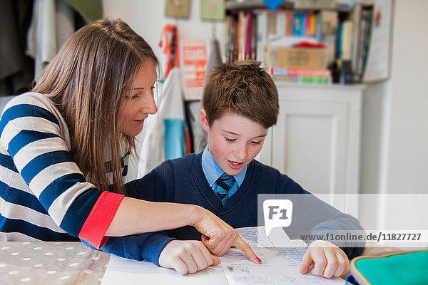 Mutter hilft Sohn bei den Hausaufgaben