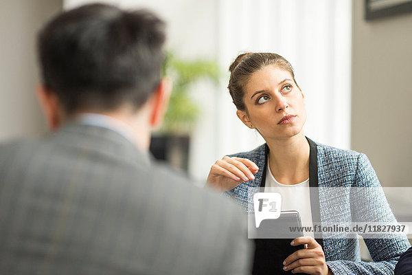 Geschäftsmann und Frau im Amt treffen sich