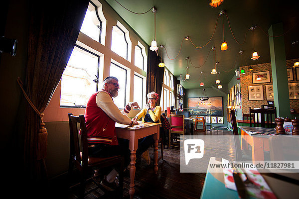 Schrulliges Paar entspannt sich in Bar und Restaurant  Bournemouth  England