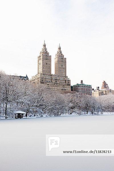 Ansicht des San-Remo-Gebäudes vom Central-Park-See aus im Winter  Manhattan  New York City  USA