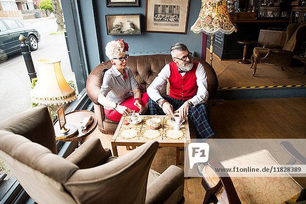 Schrulliges Ehepaar beim Tee in der Teestube