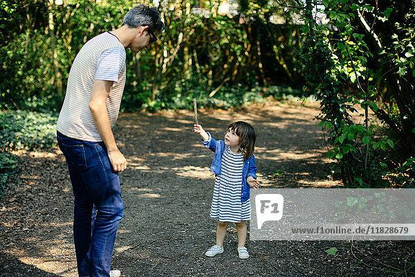 Vater und kleines Mädchen genießen Naturspaziergang