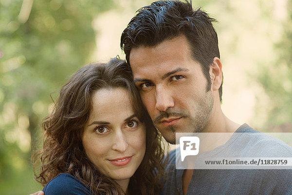 Porträt eines Paares  das lächelnd in die Kamera schaut