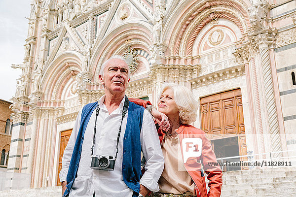 Tourist couple in front of Siena cathedral  Tuscany  Italy