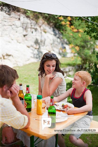 Familiengespräche am Tisch im Freien