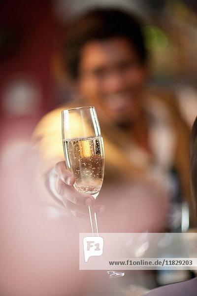 Barkeeper bietet Champagner an der Bar an