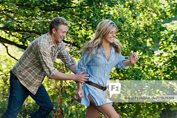 Paar spielt im Freien