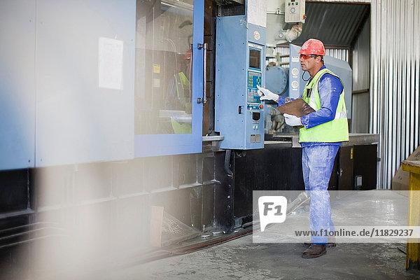 Arbeitnehmer  die Maschinen in der Fabrik benutzen