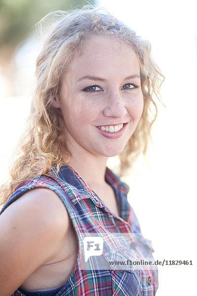 Porträt einer jungen Frau mit kariertem Hemd
