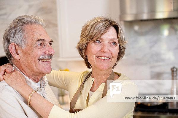 Lächelndes reifes Paar in der Küche