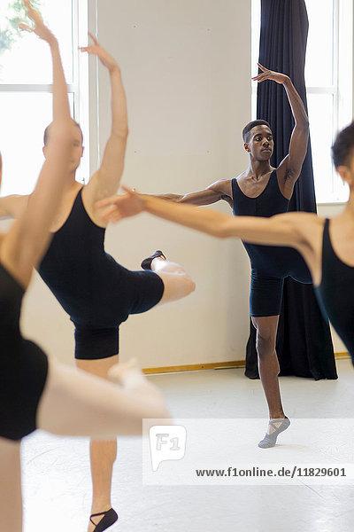 Ballett-Tänzer beim Üben im Studio