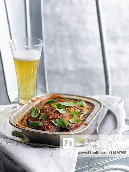 Gericht aus geschmortem Fleisch mit einem Glas Bier