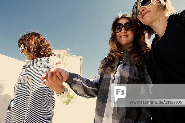 Frauen  die im Freien Händchen halten