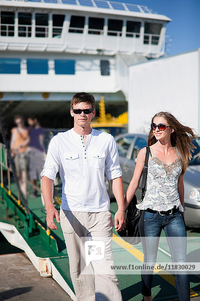 Mann geht mit Freundin auf der Fähre
