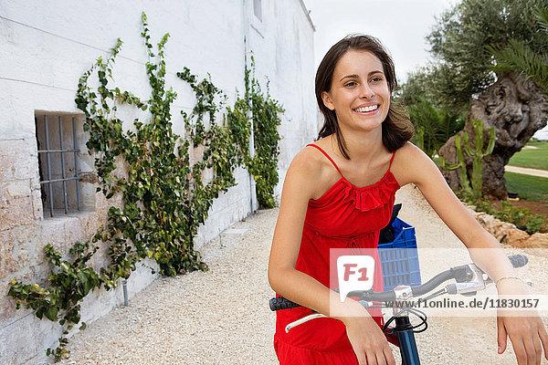 Glückliche junge Frau beim Radfahren