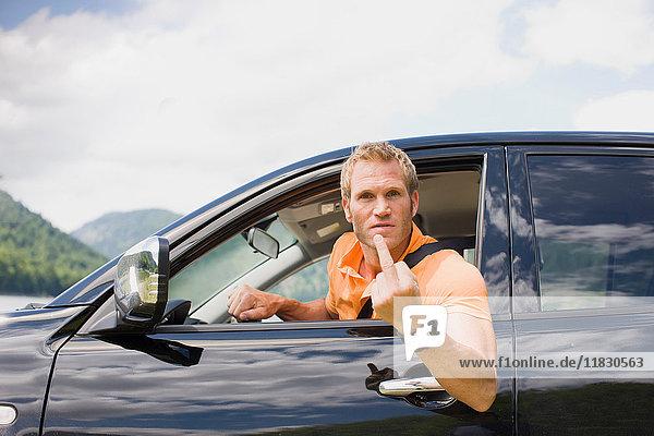 Wütender Mann in einem schwarzen Auto