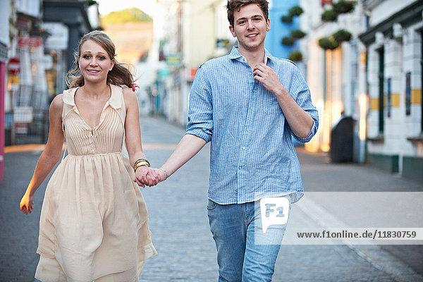 Paar geht gemeinsam auf der Straße der Stadt